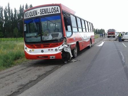 Choque frontal entre un colectivo y una camioneta dejó dos heridos