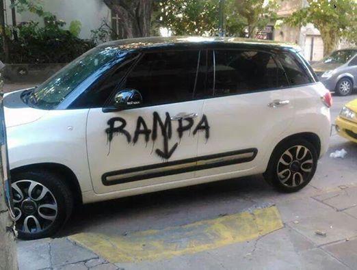 Le pintaron el auto por obstruir una rampa para discapacitados.