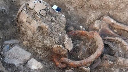 A pesar de que fueron enterrados entre los siglos I y II (D.C.), aún estaban encadenados y tenían grilletes alrededor del cuello.