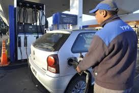 El Gobierno podría anunciar una baja del precio del combustible