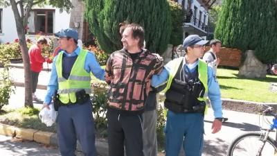 Hubo dos detenidos por agresiones verbales y físicas contra un periodista.
