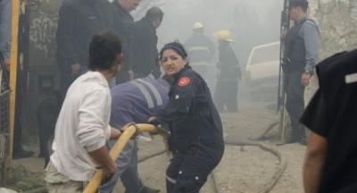 Bomberos buscaban a los dos menores entre los escombros.