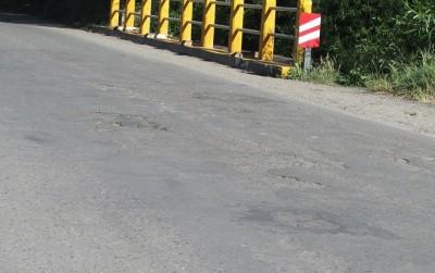 El viejo asfalto a la vista revela la falta de mantenimiento.