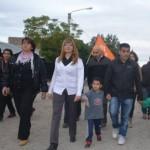 Olga Uribe y Alejandro Alday, ya desafiliados al MPN, caminan junto a Rioseco en Senillosa.