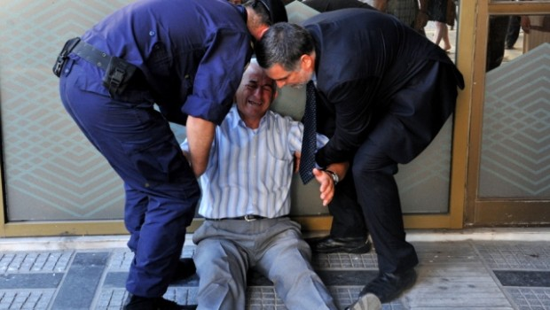 hombre 77 años llorando