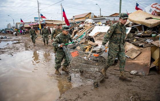 Militares trabajan en la remoción de escombros.-