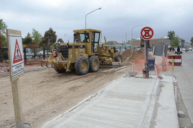 Sobre calle Leloir, entre Santa Fe y Las Violetas, se llevan a cabo los trabajos de repavimentación.
