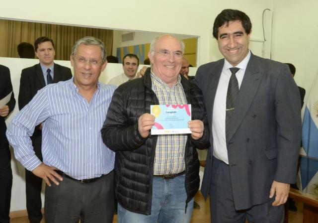 Esta mañana Quiroga entregó importantes premios a contribuyentes cumplidores.