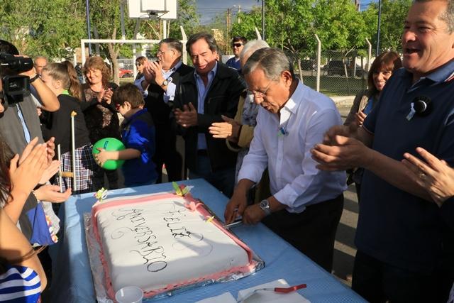 El corte de una enorme torta simbolizó el festejo de cumpleaños del barrio.