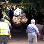Una mujer perdió el control de su vehículo, atropelló y terminó en el patio de una casa