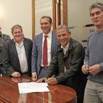 Firma de contratos para la construcción de más viviendas en Neuquén