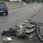 Policía gravemente herido tras enredarse con un cable y chocar con su moto