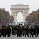 """Los """"chalecos amarillos"""" protestan otra vez en las calles de Francia"""