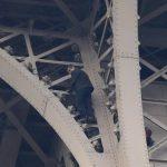 Intentó escalar la Torre Eiffel pero los bomberos lo detuvieron