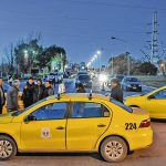 Taxistas continúan el bloqueo y no hay colectivos