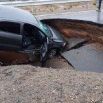 """Enorme pozo en la Ruta 7 se """"tragó"""" un auto"""