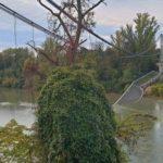Un muerto y varios desaparecidos al caer un puente colgante