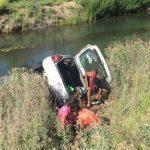 Accidente fatal: perdió el control de su vehículo, despistó y cayó adentro de u canal