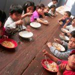 Niños internados en un hogar se atrincheraron en el techo pidiendo ver a sus padres
