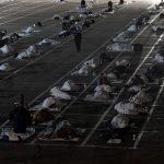Personas «sin techo» duermen en el piso de un estacionamiento