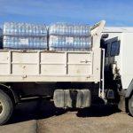 Donan agua mineral para asistir a familias de Senillosa y otras localidades del interior