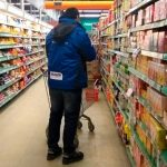 Multan a cadenas de supermercados por vender alimentos vencidos