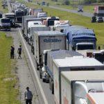Quinto día del paro transportista: con fábricas paralizadas, la industria reclama la intervención del Gobierno