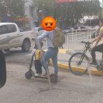 Escracharon a un padre imprudente que circulaba en monopatín con su hijo